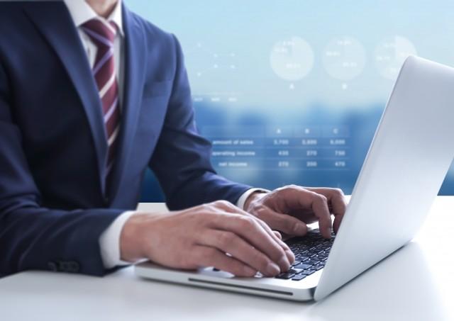営業ツールを利用する営業マン