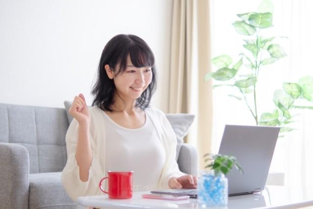 一人暮らしで家計簿をつける女性